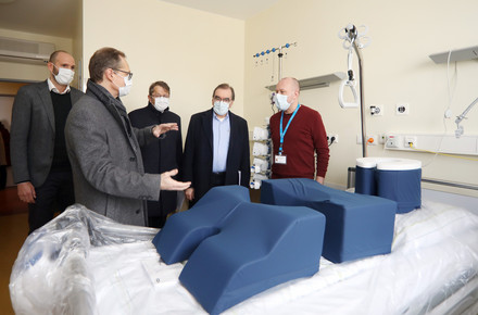 Berlin's Governing Mayor, Michael Müller (2nd from left), during a visit to the new intensive care building,Intensive care bed with ventilator for critical COVID-19 patients at Charité Campus-Klinik, photo: Gudath/Charité